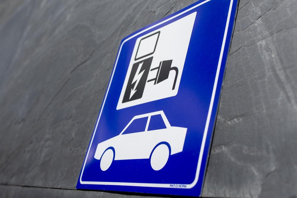 Electrische%20auto's%20opladen%20bij%20Groepshotel%20Berg%20en%20Dal.jpg